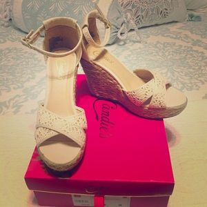 Candies wedges size 8 nib. Beautiful cream color